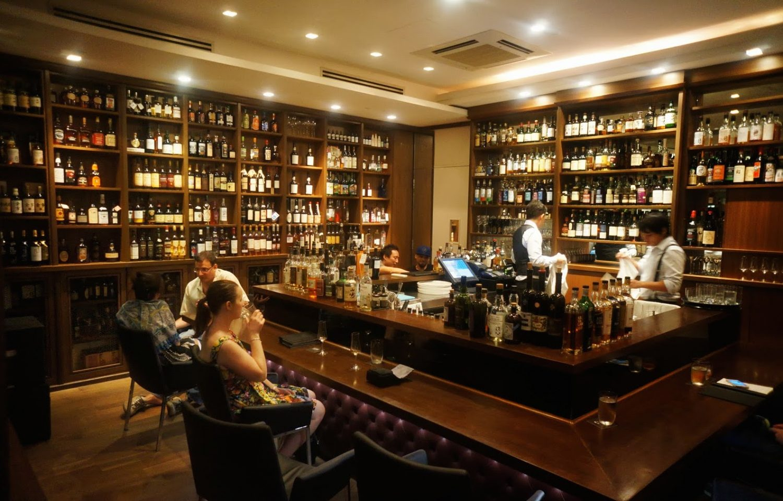 les bars whisky singapour la part du lion whiskyleaks. Black Bedroom Furniture Sets. Home Design Ideas